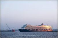 Kreuzfahrtschiff auf der Kieler Förde im Sonnenuntergang © 2020 Sabine Lommatzsch